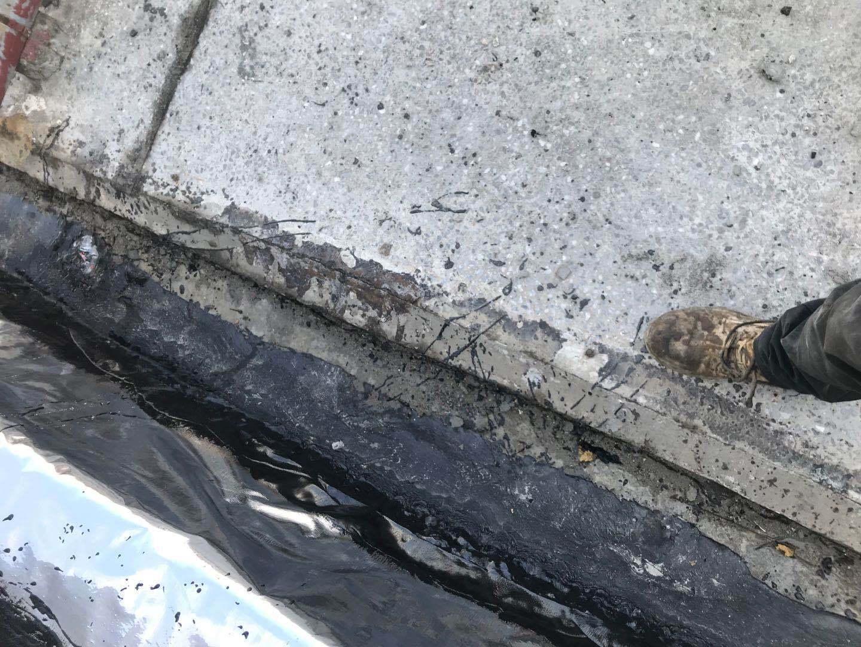 防水涂料在基材潮湿时应该如何作业?